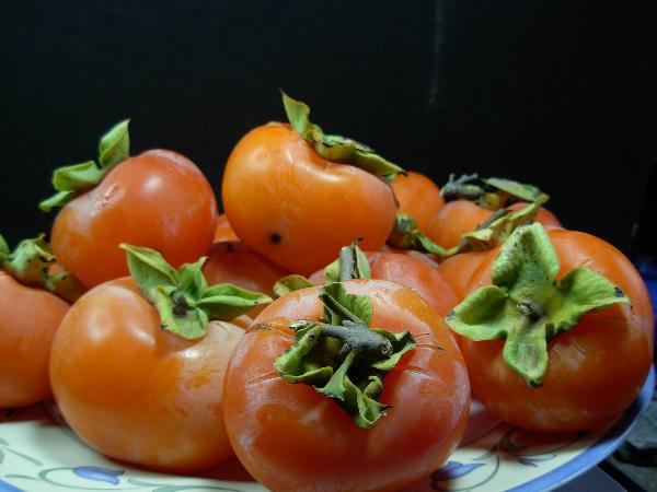 pitcure of persimmons in a dish
